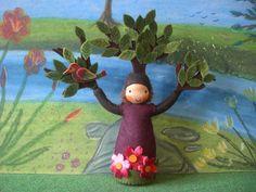 Der Baum hat eine Höhe von ca. 18,5cm, die Breite beträgt ca. 20cm.  Die Haare bestehen aus Puppenmohair,  das Gesicht ist wischfest aufgemalt.  Die B