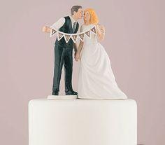 Cake Topper Vintage In Love Un romantico ed originale cake topper per la tua torta nuziale. Pe ril tuo matrimonio in stile vintage o retrò I due sposi si baciano romanticamente con in mano un banner con scritto In Love. - MATRIMONIO, Cake Topper, Romantici -   Perfetto per il tuo matrimonio vintage e romantico.      i due sposi sorreggono una decorazione con scritto In Love.      Un ricordo unico del tuo matrimonio.      Cake topper realizzato in porcellana dipinta a mano come da foto della…