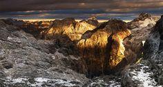 Sulcos, rugas, belas formas - os Alpes Julianos acordar ao amanhecer.
