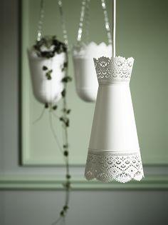 Um candeeiro ou um vaso? Um candeeiro. E lá atrás, um vaso.