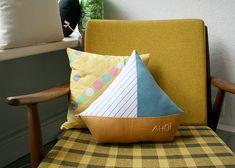 Ahoi! Mit diesem Schiffkissen kannst du dich auf's Meer hinausträumen und in ferne Länder segeln.     Die Vorderseite besteht aus 3 verschiedenen S...