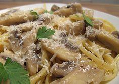 =Pasta hongos= Ingredientes P/2  3 o 4 tazas de hongos  1/4 taza de cebolla finamente picada 1/4 taza de poro, finamente picado 2 dientes de ajo, finamente picado 1 cucharada de aceite de coco   1 cucharada de aceite de oliva  3/4 taza de perejil, finamente picado 1/4 de chile de árbol finamente picado Sal y pimienta al gusto Parmesano reggiano, opcional para servir -Puedes servirlo sobre una pasta