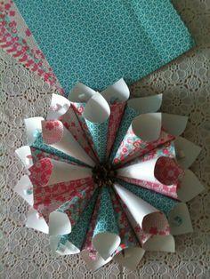 Bloem _ papier +\- 120 grs div. kleuren, snijden naar fm 10:10cm en 7:7 cm - kegel v draaien en vastzetten dmv lijm of nietje- rondschikken en vastzetten- leg onderop een rond karton- de kleine kegels erop lijmen- evt versieren met krullen! Ophangen of op bijv de tafel leggen. Leg er bijv paaseitjes in!
