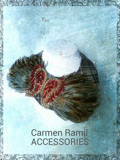 Collar de Carmen Ramil con plumas y cachemires bordados