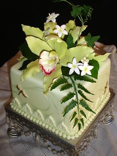 Cymbidium Orchid Cake With Ferns Stephanotis And Gold Dragonflies Gorgeous Cakes, Pretty Cakes, Amazing Cakes, Fancy Cakes, Mini Cakes, Cupcakes, Cupcake Cakes, Bernardo Y Bianca, Orchid Cake