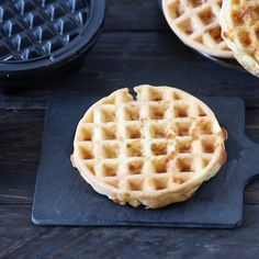 This keto chaffle recipe is the latest craze around keto and low carb people. Everyone is raving about this keto bread made with just two ingredients: cheese and eggs. It's super easy to make, crispy Best Keto Bread, Low Carb Bread, Low Carb Keto, Low Carb Recipes, Low Carb Waffles, Savory Waffles, Protein Waffles, Keto Pancakes, Ketogenic Recipes
