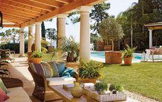 Como cada verano, abuelos, padres y nietos de una familia británica viajan a Marbella para disfrutar de esta casa que mezcla distintos estilos con total libertad