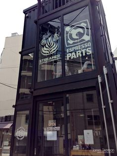 q i i i d — ร้านกาแฟแนวใหม่ คอนเทนเนอร์แนวตั้ง