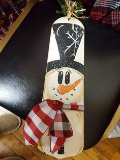 Fan blade hand painted snowman Christmas Wood Crafts, Snowman Crafts, Christmas Projects, Holiday Crafts, Christmas Crafts, Christmas Trees, Ceiling Fan Parts, Ceiling Fan Blades, Decoracion Navidad Diy
