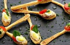 puff pastry spoon topped with diced veggie and cream cheese, topped with hard cooked egg Tapas, Appetizer Recipes, Snack Recipes, Bread Shaping, Fingerfood Party, Potato Bites, Snacks Für Party, Appetisers, Cute Food
