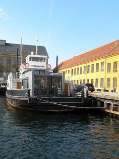 living in a houseboat / Fritz Juel, a houseboat in Copenhagen
