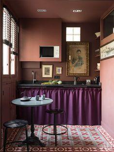 """""""Ковер"""" из цементной плитки, Carocim, выложили, чтобы обособить кухню. Стол и табурет — антикварные. Столешница кухни сделана из гранита. Портрет китаянки и гобелен с изображением реки Хуанпу Марианна привезла из поездки в Шанхай. Рисунок нарисовал ее сын Робин, когда учился в школе. """"Не хуже Миро"""", — говорит декоратор."""