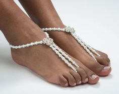 Gemaakt met zwarte Rocailles, zwart glazen ronde kralen, turquoise Rocailles. Barefoot sandalen zijn perfect voor: het zwembad, Beach trouwen of een intieme avond thuis. Ik ontwerp alle mijn blote voeten sandalen dragen blootsvoets of met slippers en pumps!  Verkocht als een paar (2).  Word een vriend van Zamydre ontwerpen op Facebook @ facebook.com/zamydredesigns. Voel je vrij om een foto van u draagt uw barefoot sandals post voet bling.  Volg ons op Twitter @ twitter.com/zamydrede...