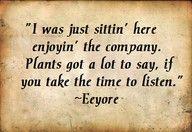 EeyoreUno está más cerca del corazón de Dios en un jardín.