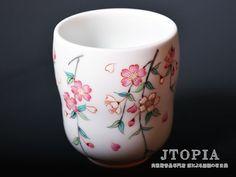 柿右衛門様式の桜が描かれた湯呑です。 独自に調合した絵具の色合いがなんとも言えない美しさです。
