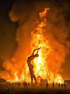 """Burning Man (Estados Unidos) .Este festival se celebra del 29 de agosto al 5 de septiembre en medio del desierto de Nevada. Alberga a más de 25 mil personas que llegan en caravanas para convivir durante una semana y disfrutar de música y diversión. Culmina con la quema de una figura humana de madera de 22 metros de altura (el """"hombre en llamas"""")"""