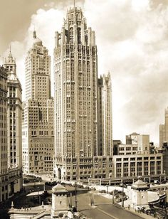 PHOTO - CHICAGO - TRIBUNE BUILDING - FROM OTHER SIDE OF RIVER - LOOKING NE - NOTE AWNINGS - 1931