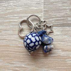 Bedel van 12mm witte keramiek steen met blauwe beschildering, metalen open hart, sodaliet splitstenen en een metalen (mini) ster. Van JuudsBoetiek €3,00, te bestellen op www.juudsboetiek.nl