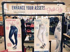 Erhöhen Sie Ihre Ass Display ist S-Hook Hung - Kleiderschrankorganisation Denim Display, Pop Display, Store Signage, Retail Signage, Fashion Displays, Clothing Displays, Visual Merchandising Displays, Denim Ideas, Denim Shop