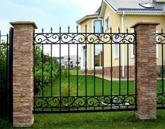 The choice of fencing for your home: photo ideas Fence Gate Design, Modern Fence Design, Railing Design, Wrought Iron Fence Panels, Wrought Iron Gates, Decorative Metal Screen, Window Grill Design, Fence Landscaping, Pool Fence