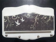 Quadro em MDF pintado e decorado com técnica de Scrap décor. Ganchos para pendurar as chaves. Personalizações conforme solicitação do cliente. Cores e temas variados. R$ 50,00