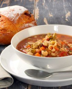 You can make Olive Garden Pasta E Fagioli classic soup at home with our recipe. Olive Garden Pasta E Fagioli is filled with ground meat, pasta, beans, carrots, and so much more. Olive Garden Pasta Fagioli, Pasta E Fagioli Soup, Pasta Soup, Italian Minestrone Soup Recipe, Italian Soup, Italian Cooking, Italian Recipes, Soup Recipes, Cooking Recipes