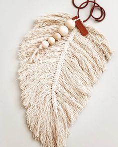 Feather macrame Macrame Design, Macrame Art, Macrame Jewelry, Diy Arts And Crafts, Crafts To Do, Yarn Crafts, Diy Crafts, Japanese Ornaments, Craft Tutorials