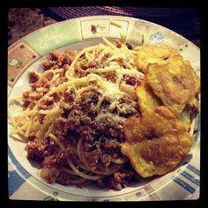 Espaguetis de carne molida de pavo, queso mozarella y tostones.