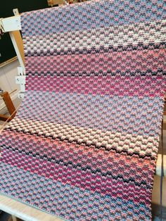 ruskea ja oranssi kude koko matkalla, 1 vaihtuu Rag Rugs, Weaving Patterns, Crochet Afghans, Recycled Fabric, Woven Rug, Scandinavian Style, Pattern Design, Weave, Recycling