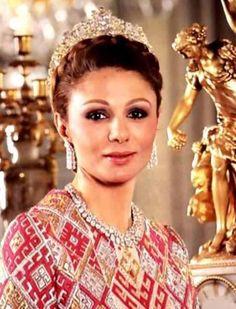 Empress Farah Diba of Iran Royal Crowns, Royal Tiaras, Tiaras And Crowns, Farah Diba, Royal Fashion, Look Fashion, Persian Princess, The Shah Of Iran, Iranian Women