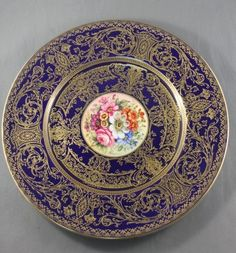 Royal Worcester Cabinet Plate decorated with central of roundel of flowers surrounded by a cobalt ground and accented with scrolling acanthus motifs.