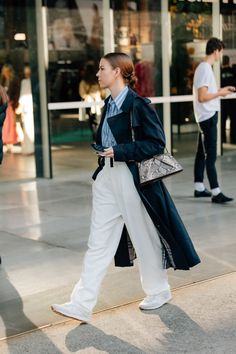 Let the Sydney Fashion Week 2021 Street Style Stars Be Your Return-to-Office Outfit Inspiration | Vogue Sydney Fashion Week, Stil Inspiration, Vogue, Street Style Trends, Australian Fashion, Cool Street Fashion, Office Outfits, Fall Outfits, Star Fashion
