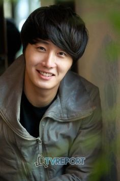 Actor Jung Il Woo recently appeared on tvN's, E News, during which he revealed his ideal woman from the cast of The Moon That Embraces the Sun.  Who did he select?