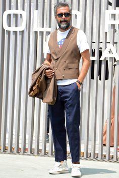 """ジーンズを始めとした5ポケットパンツと比べて、ドレス寄りな印象のスラックス。今回は""""スラックスを使用したカジュアルスタイル""""にフォーカスして注目の着こなし&アイテムを紹介! スラックス×クルーネックTシャツコーデ イタリアはフィレンツェにて年2回行われる世界規模のメンズファッション展示会ピッティウオモ。世界各地のバイヤーやファッショニスタが集うこの場所でも、カジュアルスタイルにスラックスを合わせたスタイリングが多く見られた。ポイントは、色数を抑えたアイテムチョイス。上質なアイテムをより洗練された雰囲気へとアップグレードしてくれる。 BERNARD ZINS(ベルナール ザンス) エンボスコットンストレッチスラックス エンボス加工によって生地に凹凸感を持たせることで、清涼感のある表情に仕上げたコットンスラックス。アンクル丈の美しいシルエットが足元を爽やかに演出してくれる。 詳細・購入はこちら スラックス×ブレイシーズ×リネンシャツスタイル リネンシャツ、ブレイシーズ、プリーツ入りスラックス、タッセルローファーに至るまで全てのアイテムをコロニアルカラーでま..."""