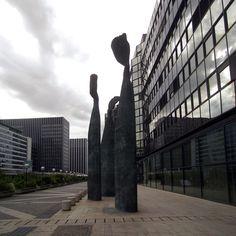 Marines, Henri de Miller (1990).  Trois statues de bronze sur la dalle au-dessus de l'allée de Bercy, près de la gare de Lyon. Paris 12e