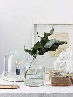 Detalles deco para la cómoda: frasco con agua y rama de laurel, cuadro y libro vintage. Parte de la maravillosa casa del fotógrafo Paul Massey en Parsons Green, Londres. Fotos gentileza Paul Massey