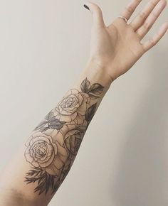 Another set of classic roses, wraps around the forearm ty for the photo @marissaleighann !