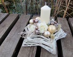 """svícen hvězda """"BÍLÁ KÁVA"""" POPIS: Luxusní adventní svícen z kolekce """"bílá káva"""". Neutrální barevné ladění předurčuje tuto dekoraci k univerzálnímu použití do téměř všech typů interiéru. Přírodní korpus z bíle barveného proutí je dozdoben vánočními kouličkami v kávových barvách, barvenými šiškami, islandským lišejníkem a umělými větvičkami. Dekorace ..."""