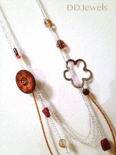 Metallic necklace with buttons