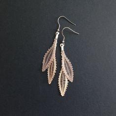 Boho earrings in beige lace, plain inspiration, leaf earrings, textile jewelry, spindle lace Lace Earrings, Drop Earrings, Solid Shapes, Bobbin Lace Patterns, Crochet Motifs, Textiles, Textile Jewelry, Beige, Creations
