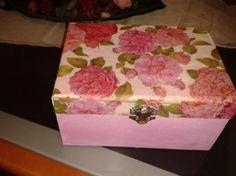 Bonita caja joyero estilo romantico en tonos rosados y con tapa decorada en servilleta decoupage floreada ,esta caja es una muestra puedo hacerla por encargo