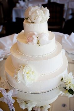 Lovely monocromatic cake, with a touch of color #blush