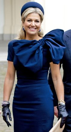 Netherland's Queen Maxima in a sophisticated cobalt blue outfit during a day visit of Belgian's King and Queen at the Noordeinde Palace, Normally, I absolutely hate bows - but Queen Maxima has the personality to carry this outfit off. Estilo Fashion, Fashion Moda, Royal Fashion, Look Fashion, Nassau, Queen Of Netherlands, Princesa Real, Style Royal, Estilo Real