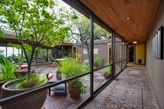 Serene mid-century modern home in Berkeley. Atrium design // This hall is so beautiful!