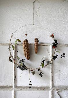 Mindfulness DIY: tie winter wreaths yourself - Garden Decoration Minimal Christmas, Gold Christmas, Simple Christmas, Christmas Home, Christmas Crafts, Vintage Ornaments, Xmas Ornaments, Winter Diy, Xmas Theme