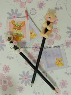 Make Little Bears and wrap them around Pencils, good idea. Polymer Clay Pens, Sculpey Clay, Polymer Clay Animals, Polymer Clay Miniatures, Polymer Clay Creations, Pen Toppers, Clay Figurine, Cute Clay, Paper Clay