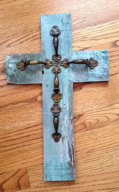 Antique door knobs repurposed barn wood 17 Ideas for 2019 Wooden Crosses, Crosses Decor, Wall Crosses, Decorative Crosses, Crafts To Make, Home Crafts, Diy Crafts, Rustic Cross, Burlap Cross