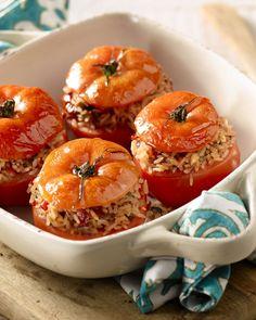 Een lekkere vegetarische versie van gevulde groenten uit de oven zijn deze tomaten met rijst en provençaalse kruiden. Echte smaakbommetjes!
