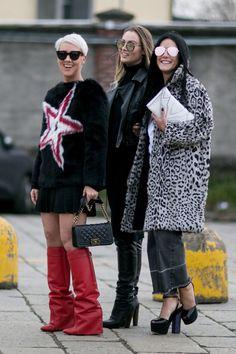 Fur Stoles Make A Street Style Statement On Day 1 Of Milan Fashion Week - Fashionista Milan Fashion Week Street Style, Look Street Style, Milan Fashion Weeks, Autumn Street Style, Cool Street Fashion, Street Chic, Street Beat, Fur Fashion, Fashion Books