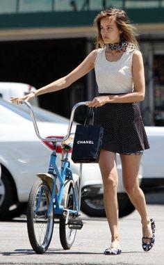 saia e blusa de bolinhas look bicicleta